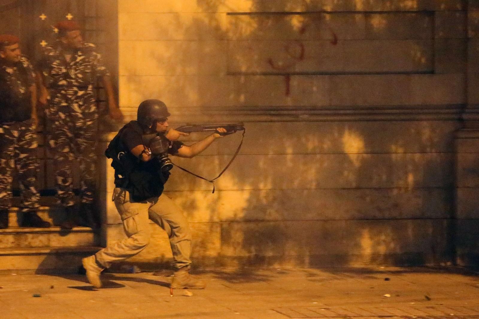 Politiet ble kalt inn og fyrte av gummikuler mot de libanesiske demonstrantene som hadde sett seg lei på byens søppelproblem.