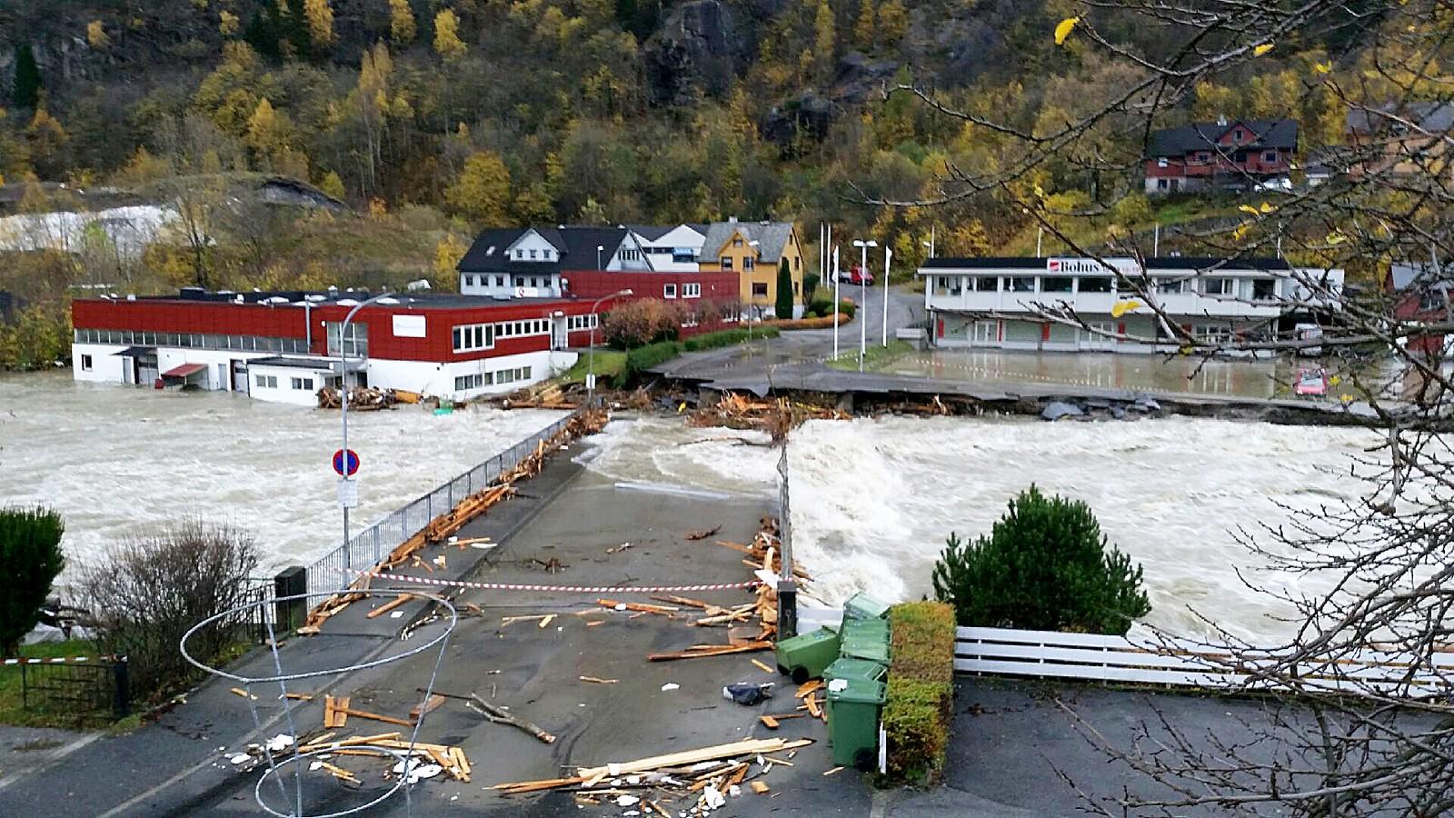 Hjøllo bru i Odda vart totalskadd av flaumen. Arbeidet med å bygge ny bru er i gong.