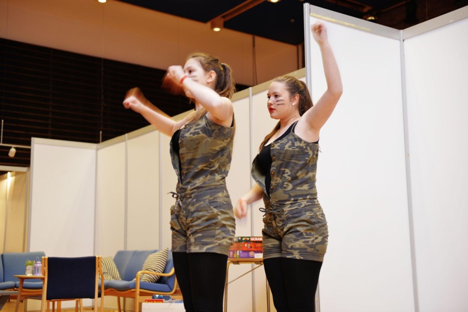 Izabela Wdoviak og Oda Holthe med ei siste gjennomkøyring før dei skal på scena.