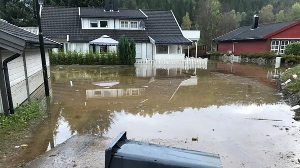 Flommen for snaut tre uker siden førte til skader for en halv milliard. Det voldsomme regnværet i helga vil trolig gi skader, men ikke like omfattende som sist, mener Meteorologisk institutt.