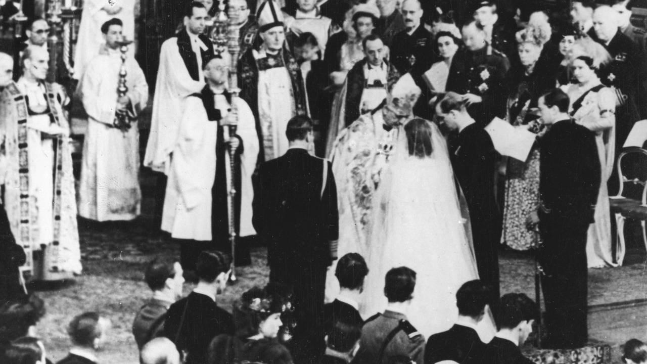 Daværende prinsesse Elizabeth giftet seg daværende Philip Mountbatten i Westminster Abbey i London 20. november 1947.