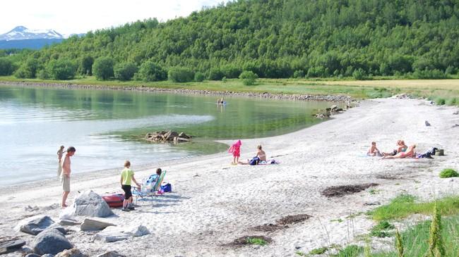 POPULÆR: Naturen i Evenes byr også på områder til rekreasjon. Den populære Evenesvika ble i sin tid av Harstad Tidenede kåret til den flotteste stranda i Ofoten og Sør-Troms. Foto: Billy Jacobsen / NRK