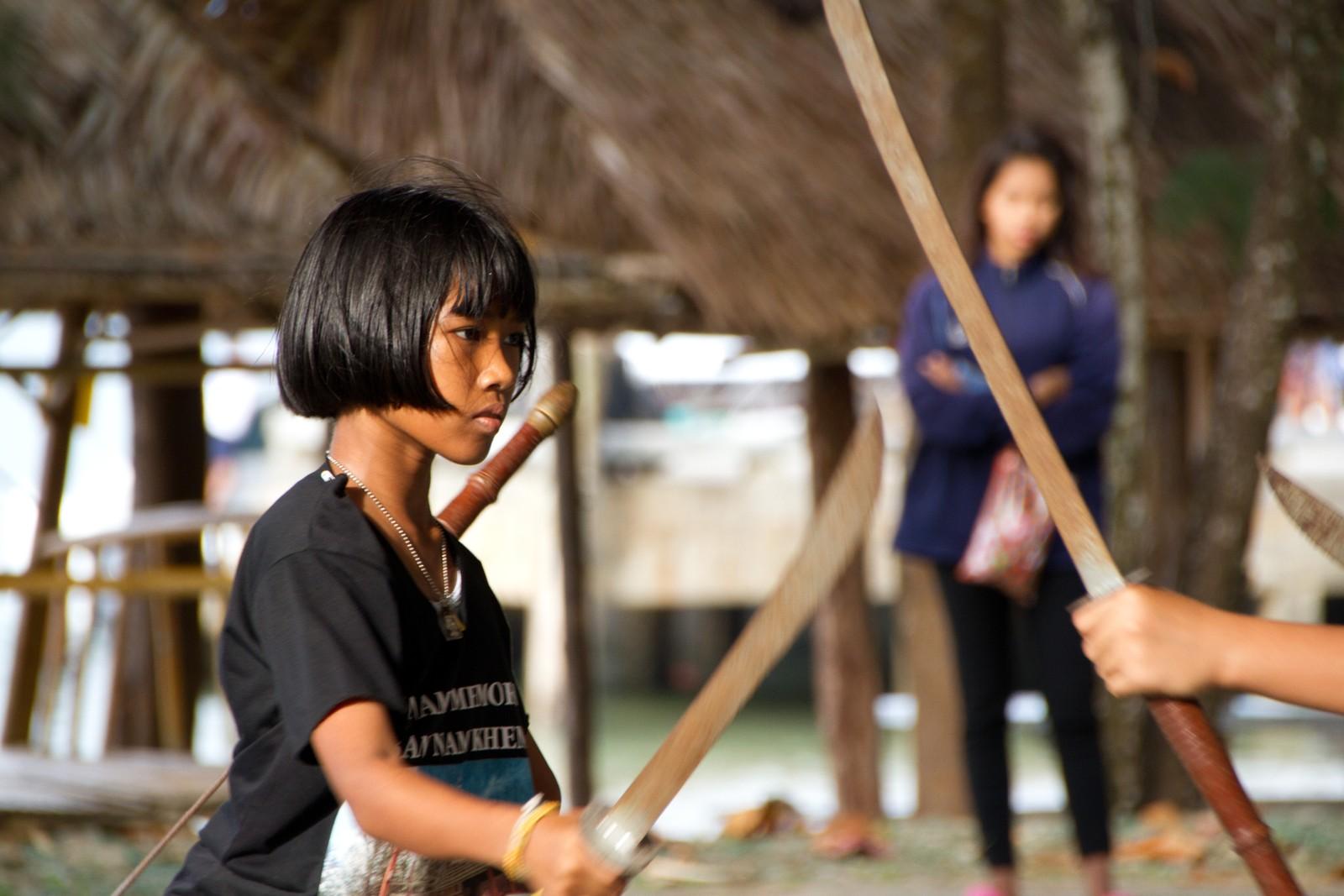 Hun øver for å opptre på minneseremonien 26. desember. Hun var 1 år og 3 måneder da flodbølgekatastrofen rammet Nam Khem, nord for Khao Lak i Thailand.