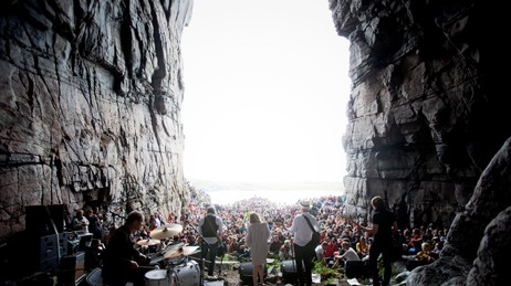 KULTURHULE: Sivert Høyem med Ingrid Olava og band i Kirkhellaren under Trænafestivalen 2009. Foto: Tore Meek / Scanpix