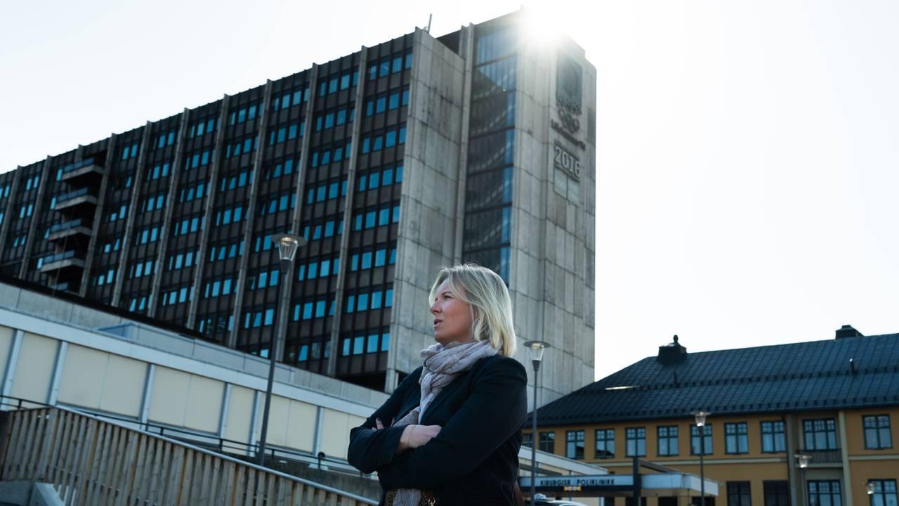 Ordfører Ingunn Trosholmen foran sykehuset på Lillehammer