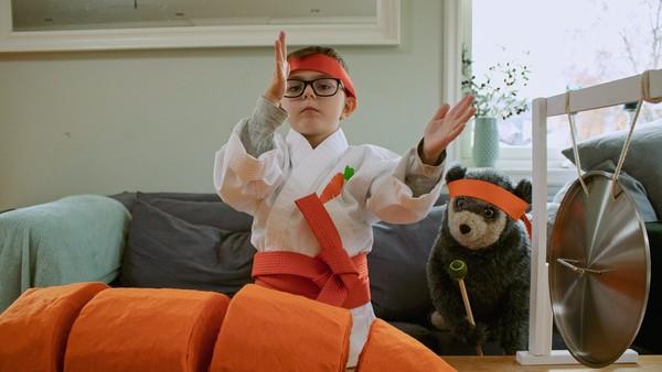 Norsk dramaserie. Karatekokken. Julian hjelper mamma med å lage grønnsakssuppe. Han har lyst til å kutte opp gulrøttene, men får ikke lov til å bruke den store kniven.