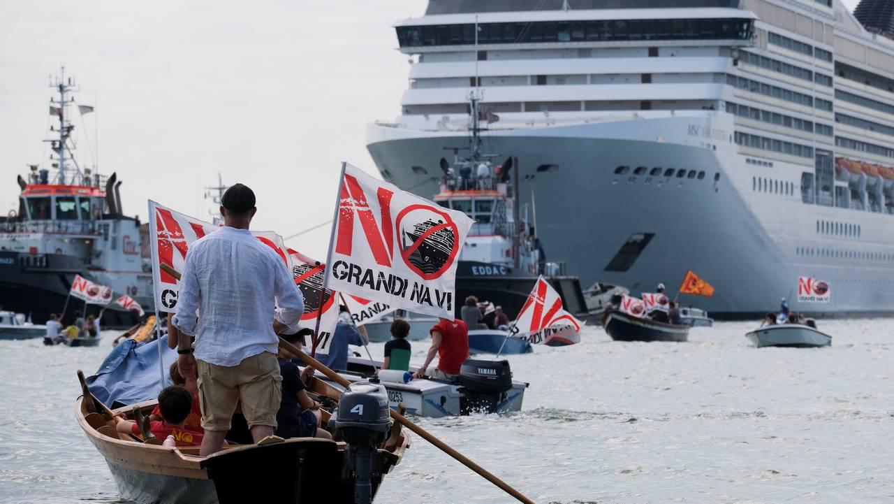 Innbyggere i Venezia protesterer mot cruiseskip i deres farvann.