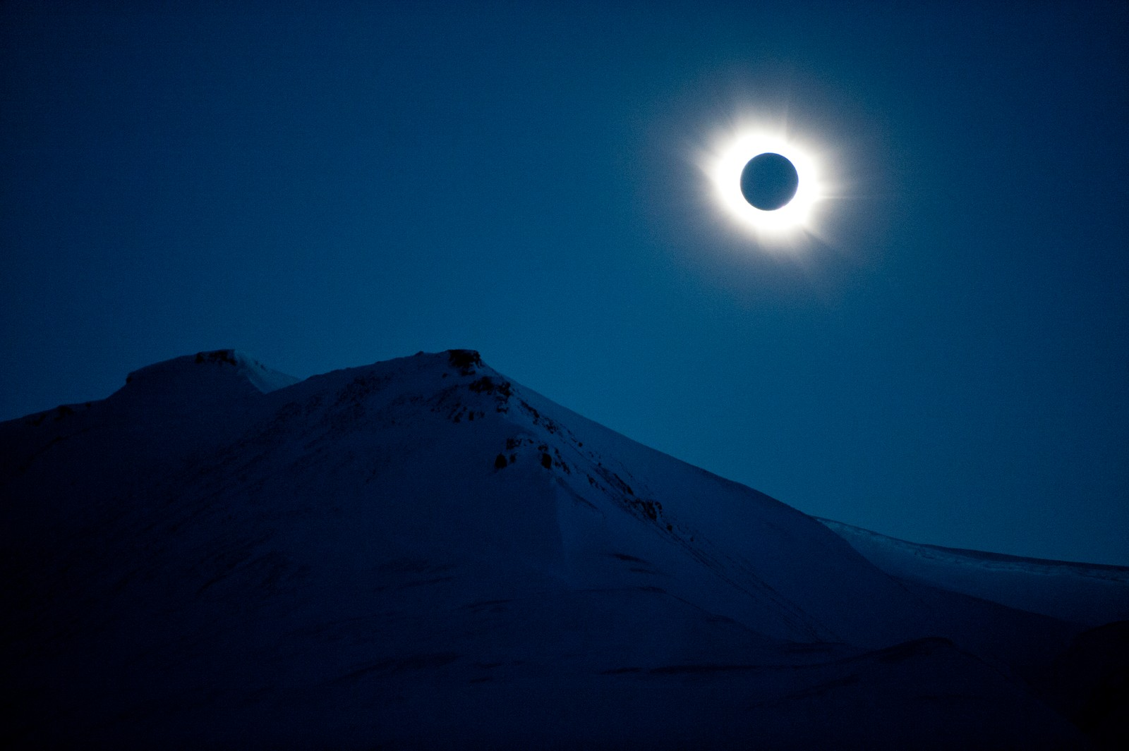 Total solformørkelse i Longyearbyen på Svalbard fredag formiddag.