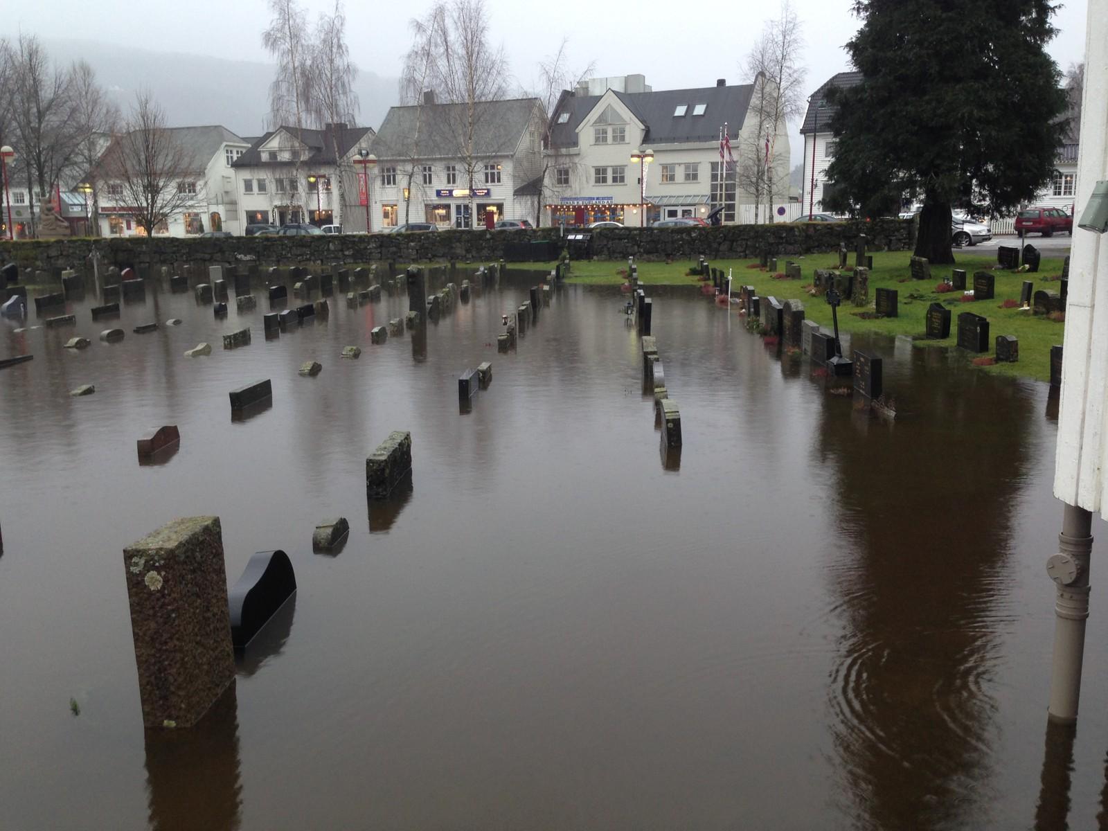Kyrkjegarden i Kvinesdal står under vatn.