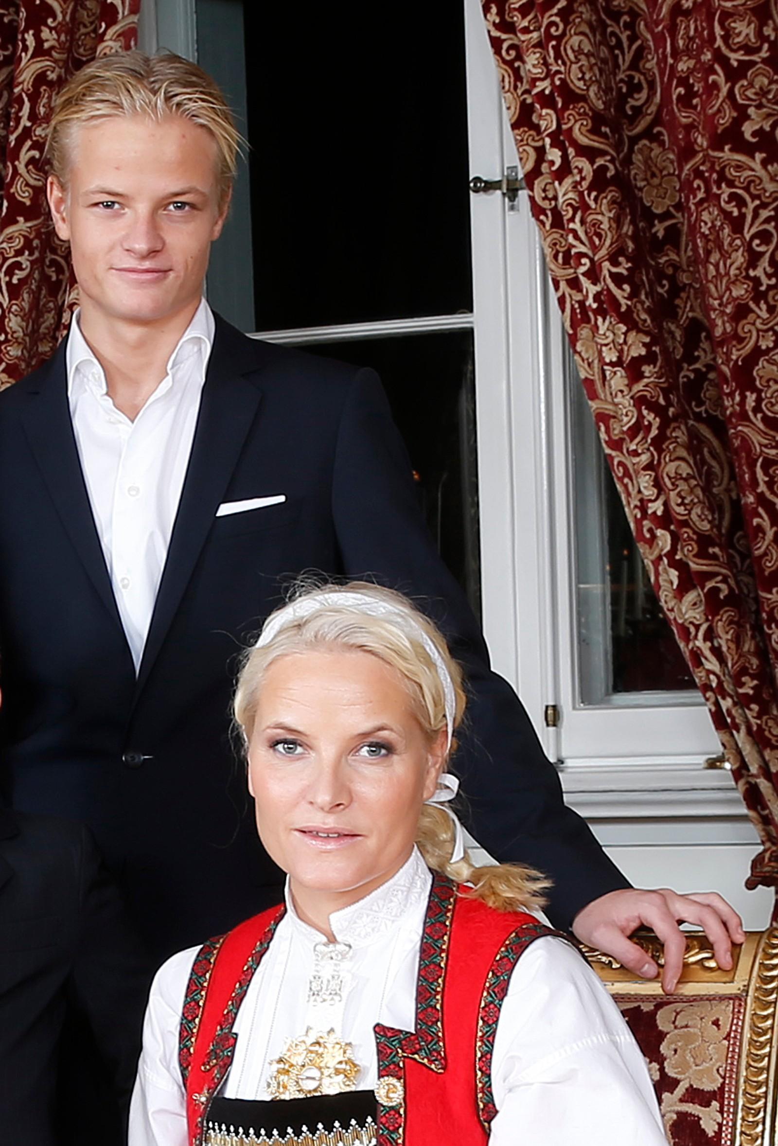Julefotografering av kongefamilien på Slottet i Oslo onsdag ettermiddag. Kong Harald, Marius Borg Høiby, kronprinsesse Mette-Marit, kronprins Haakon, prins Sverre Magnus, dronning Sonja og prinsesse Ingrid Alexandra. Julen 2014. Foto: Lise Åserud / NTB scanpix