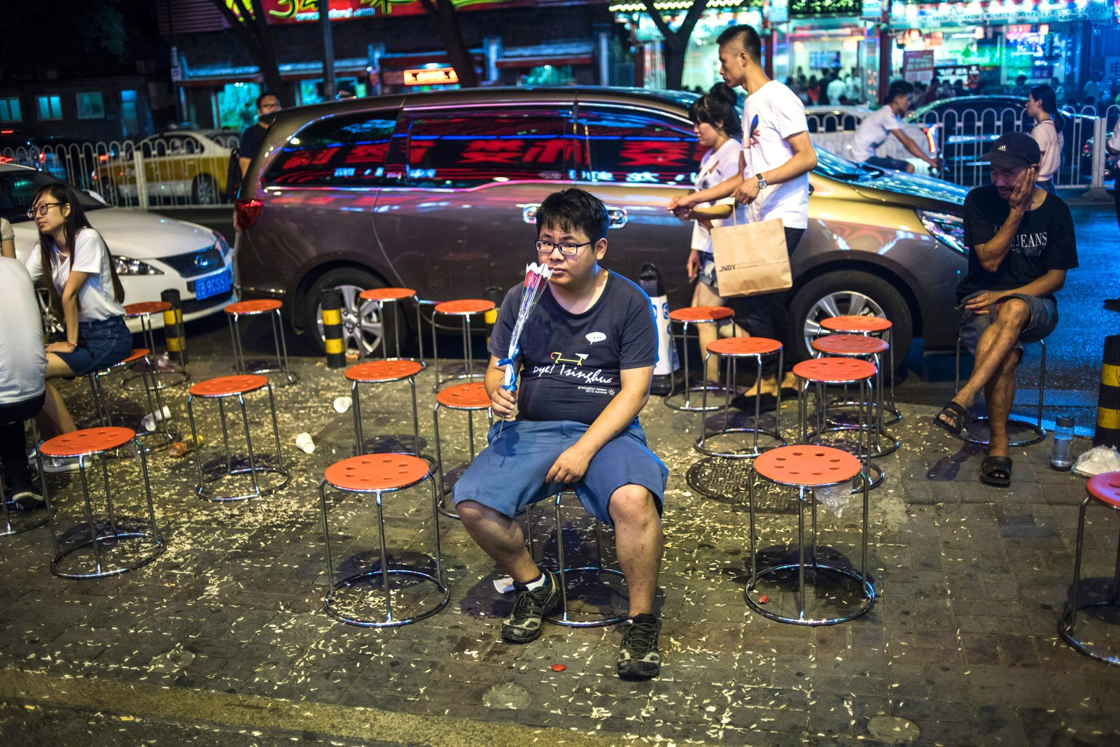 En mann sitter og venter på et ledig bord ved en restaurant mens han lukter på en rose. Den 9. august var det Qiqiao-festival i Bejing. Det er en kinesisk variant av valentinsdagen som feires den syvende dagen i den syvende måneden. Dagen har blitt feiret i over 2600 år. Det er populært å gifte seg på denne dagen.