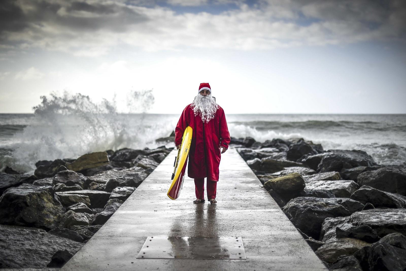 Den italienske brettpadleren Federico Piccinaglia kledd som julenisse ved La Spezia, Italia 1. desember.