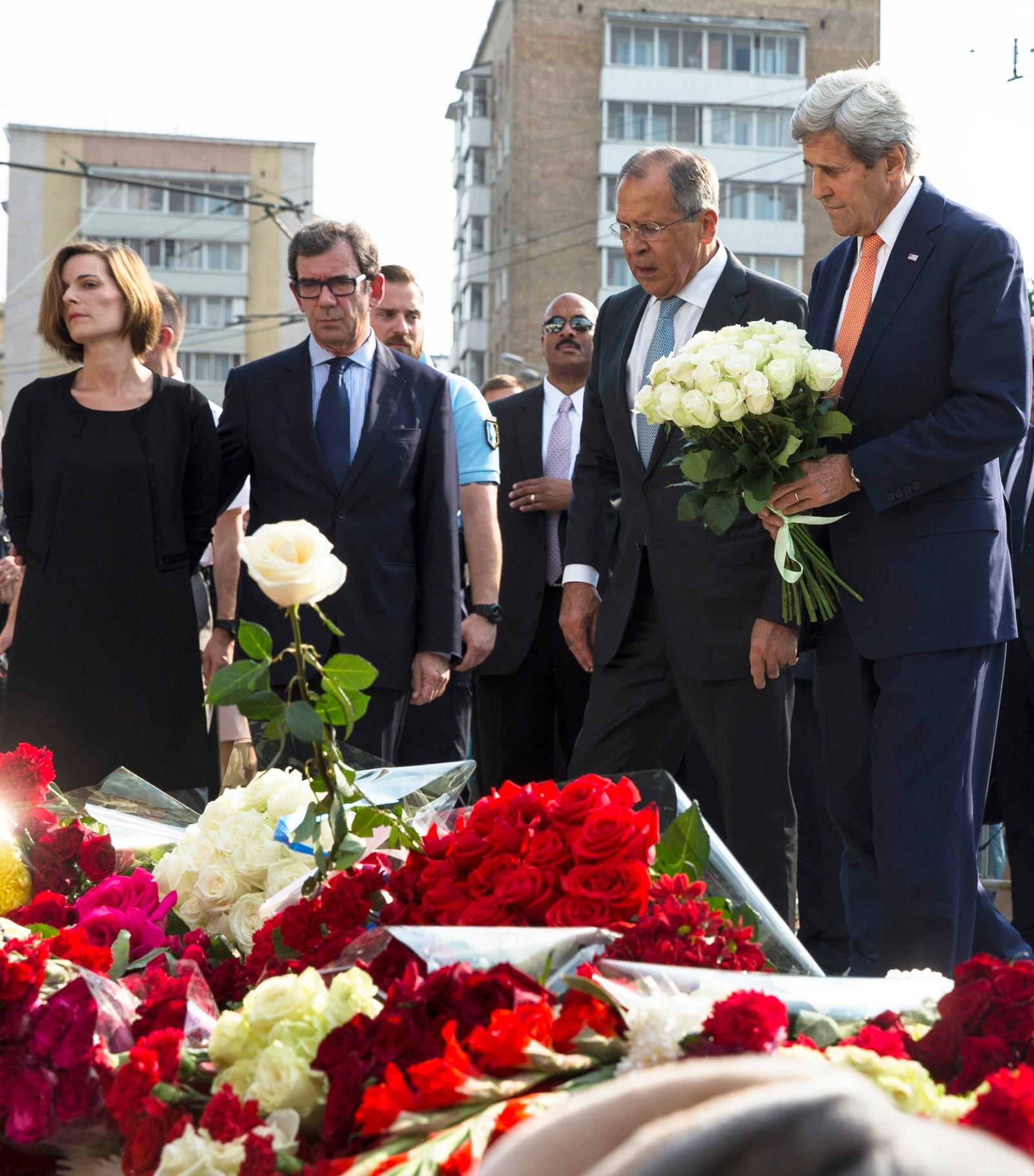 Sergej Lavrov og John Kerry nedlegger blomster foran den franske ambassaden i Moskva, til minne om terrorofrene i Nice.