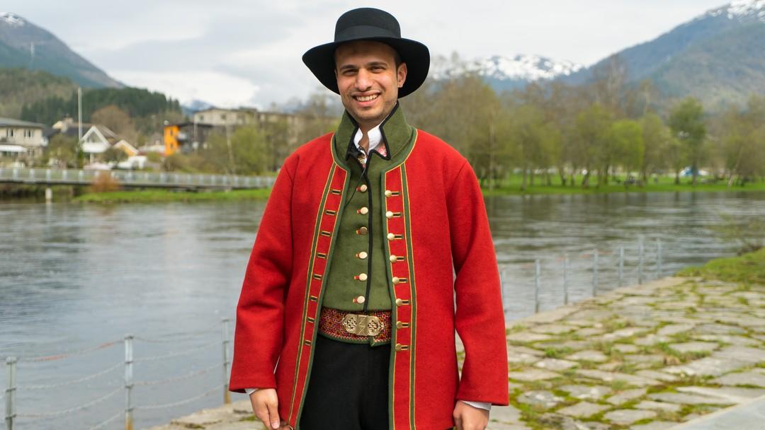 Adam Dean sydde sin eigen sunnfjordbunad.