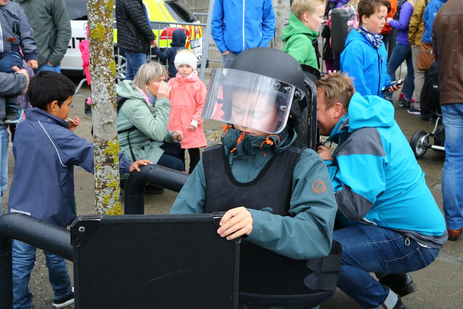 Det som ville fikk også mulighet til å prøve forskjellig utstyr som politiet bruker.