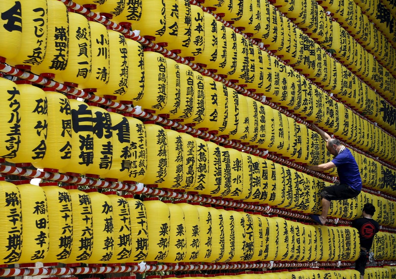 Papirlykter gjøres klar før den årlige Mitama-festivalen i Tokyo, Japan. Mer enn 30.000 lykter skal tennes under den fire dager lange festivalen som hedrer de som har dødd i krig.
