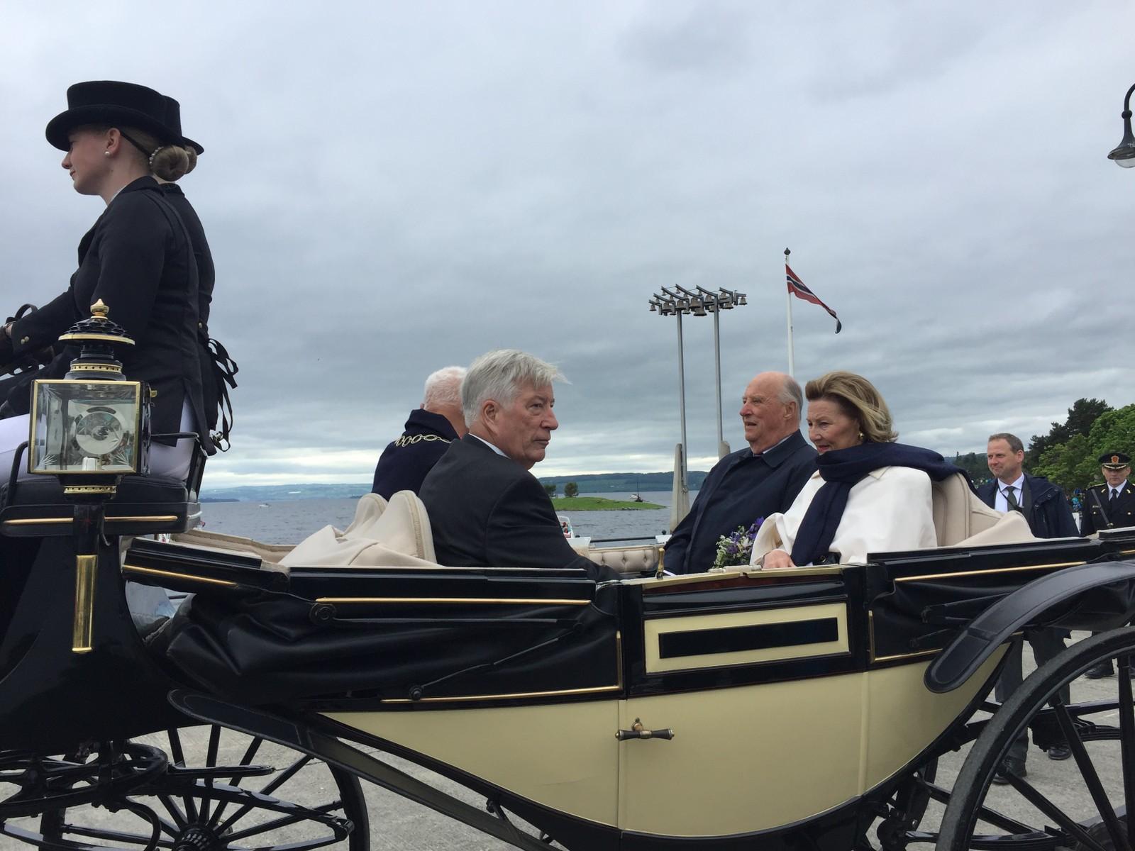 Etter at kongeparet startet sitt besøk på Domkirkeodden med gregorianske toner, så gikk ferden videre med hest og vogn til Skibladnerbrygga.