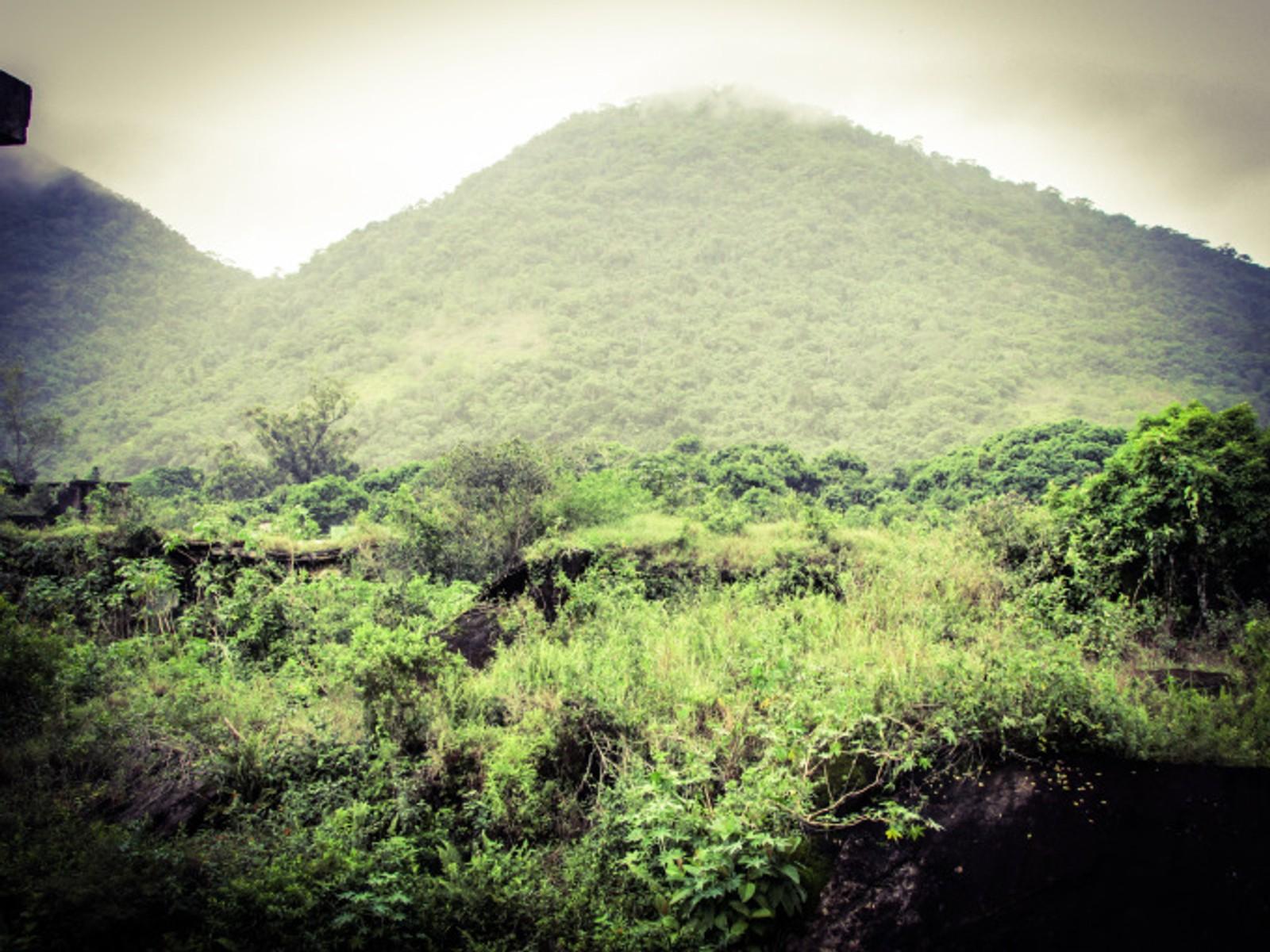 Etter at Cândido Mendes-fengselet ble stengt ble fengselet sprengt. I dag har naturen overgrodd murhaugene slik at fengselsrestene glir godt sammen med de regnskogkledde fjellene på Ilha Grande.