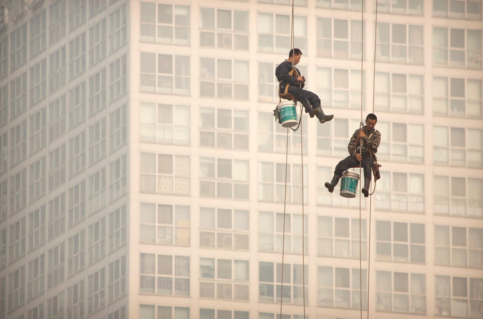 Vindusvaskere henger i en tynn tråd i Beijing.
