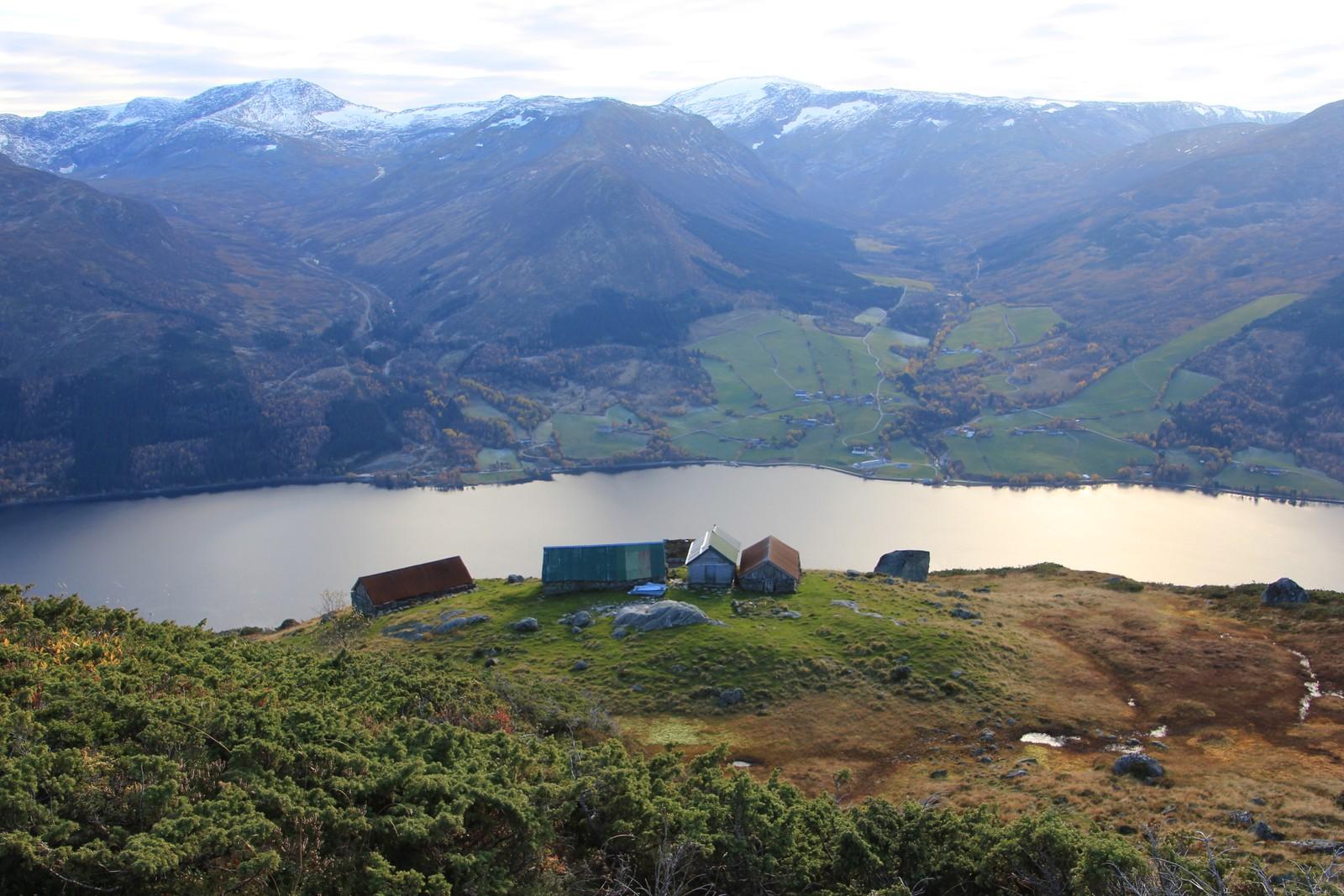 Bjørsetstøylen i Jølster med Sanddalen på andre sida av vatnet.