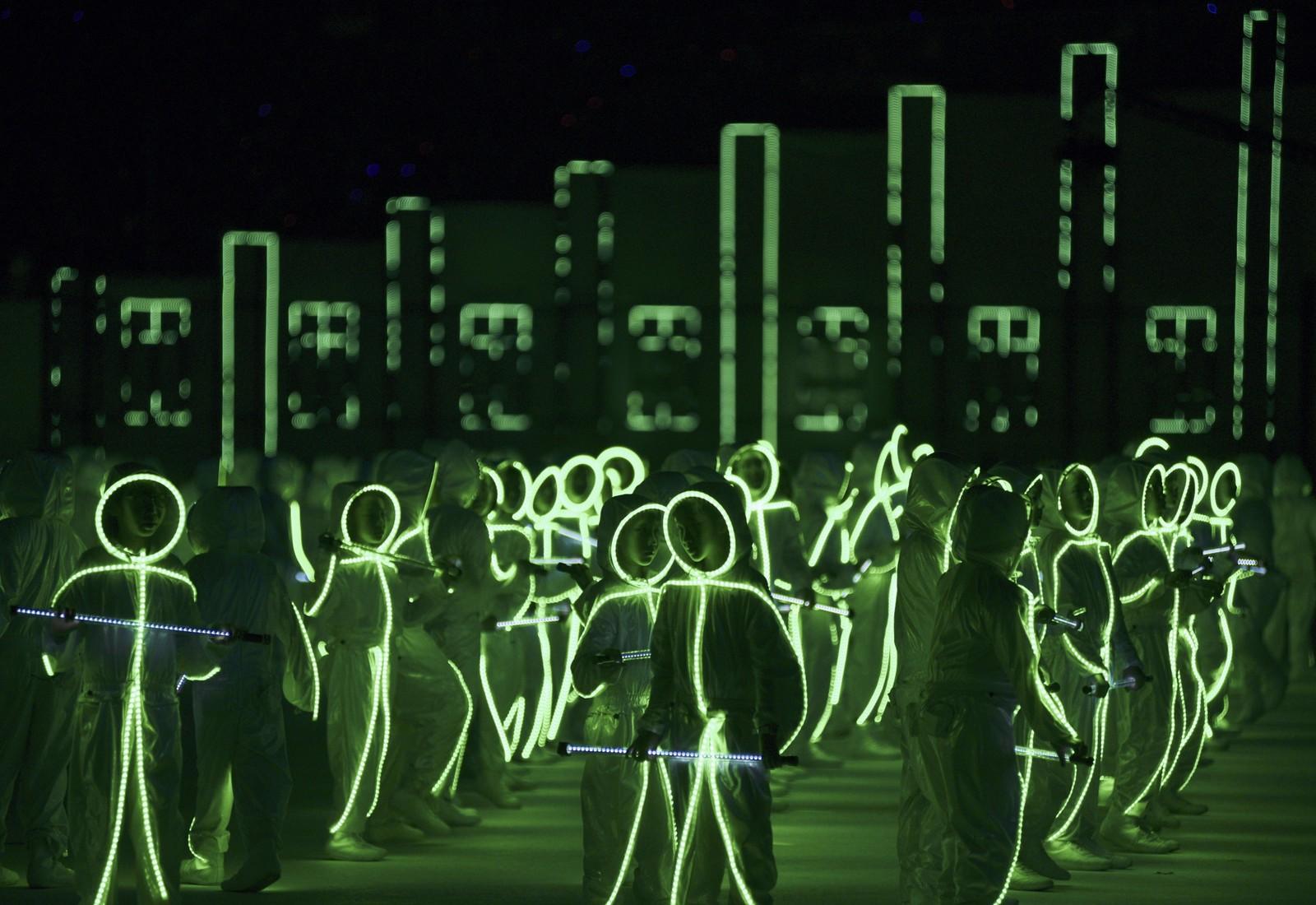 Barn kledd med LED-pærer danset denne uka under Singapores Golden Jubilee.