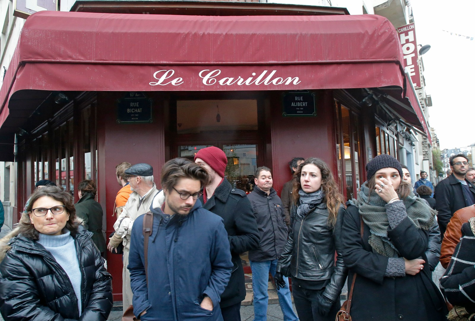 Folk samler seg ved Le Carillon.