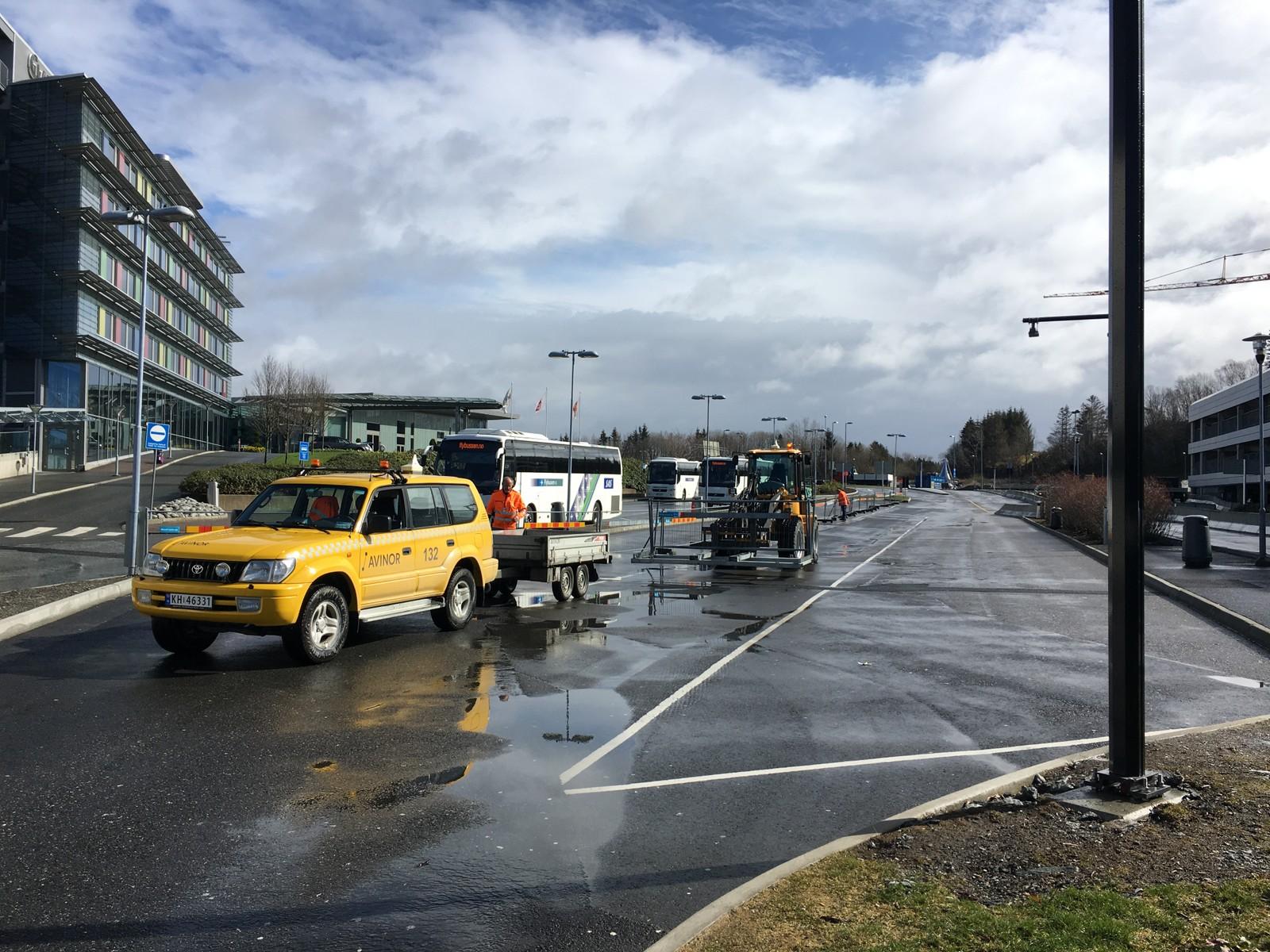 SETTER OPP SPERRINGER: Etter hvert flyttet drosjene seg bort fra ankomstområdet på Flesland, og Avinor får sette opp sperringene i fred.