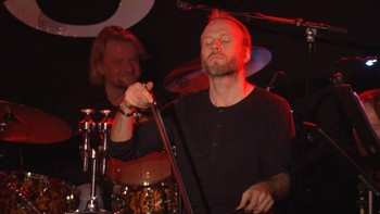 Audun Sandvik, solocellist i KORK, fremfører Elvis´ udødelige klassiker Love Me Tender på sag. Petter Winroth (trombonist i KORK) spiller piano. Pubkonsert på Olsen Café på Bryn i Oslo.