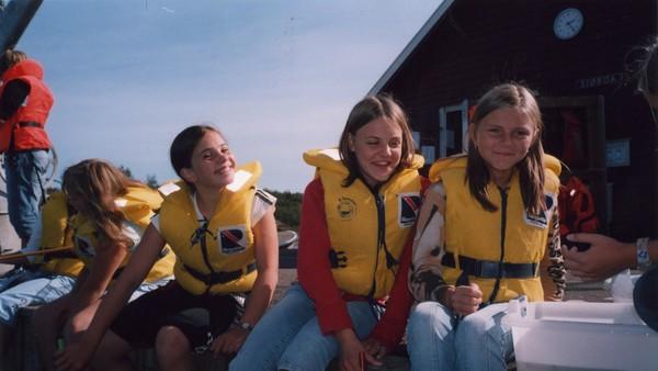 Norsk dokumentarserie. (:6) Vi skal til Haraldvigen leirskole utenfor Kristiansand. Der følger vi 70 sjuendeklassinger som samles i en uke på ei øy. Forelskelser, utsniking og sjøsyke er bare tre av stikkordene på hva som kommer til å skje.