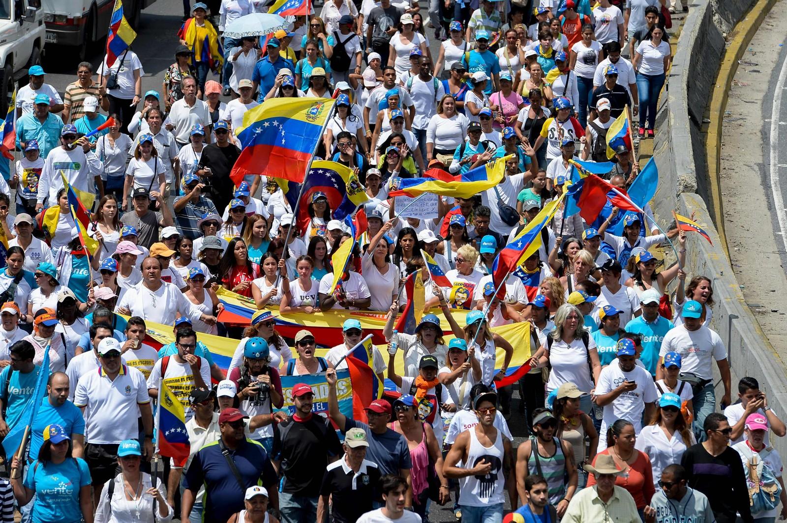 Flere tusen demonstrerte mot at presidenten stanset forsøket på å få til en folkeavstemming for å fjerne ham fra makta.