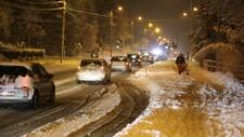 SNØKAOS: Stort snøfall skapte til dels vanskelege køyrforhald i Ålesund.