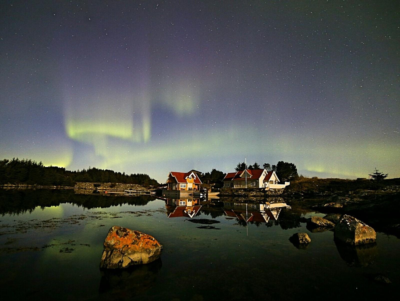 """Instagram-brukeren """"Fjordimages"""" tok fleire vakre bilete frå øya Langøy i Austrheim med telefonen."""