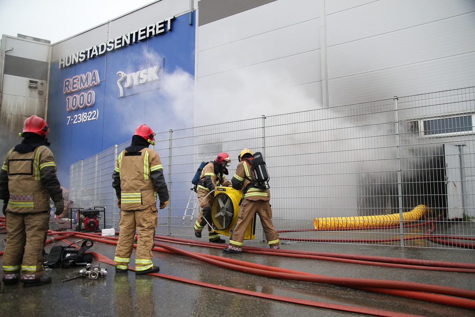 Brannfolkene setter inn kraftige vifter for å kunne blåse ut røyken fra bygget.