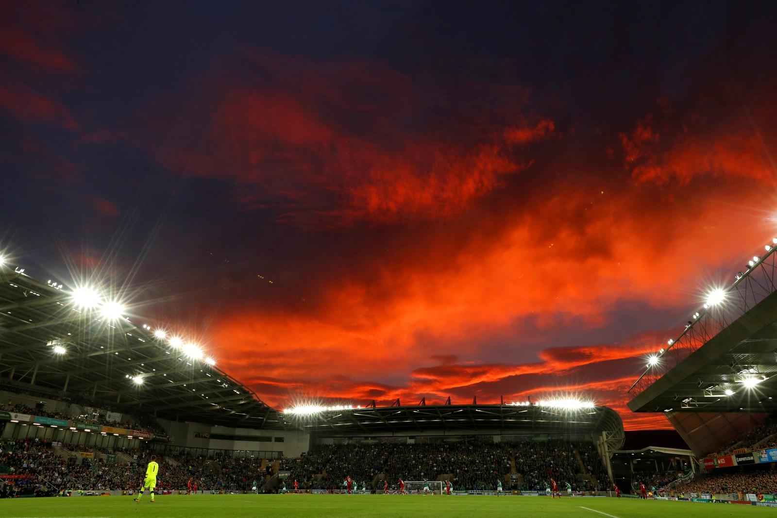 Selv en som ikke er fotballinteressert kan sikkert nyte dette. Bildet er tatt under kampen mellom Nord-Irland og Tsjekkia i Belfast.