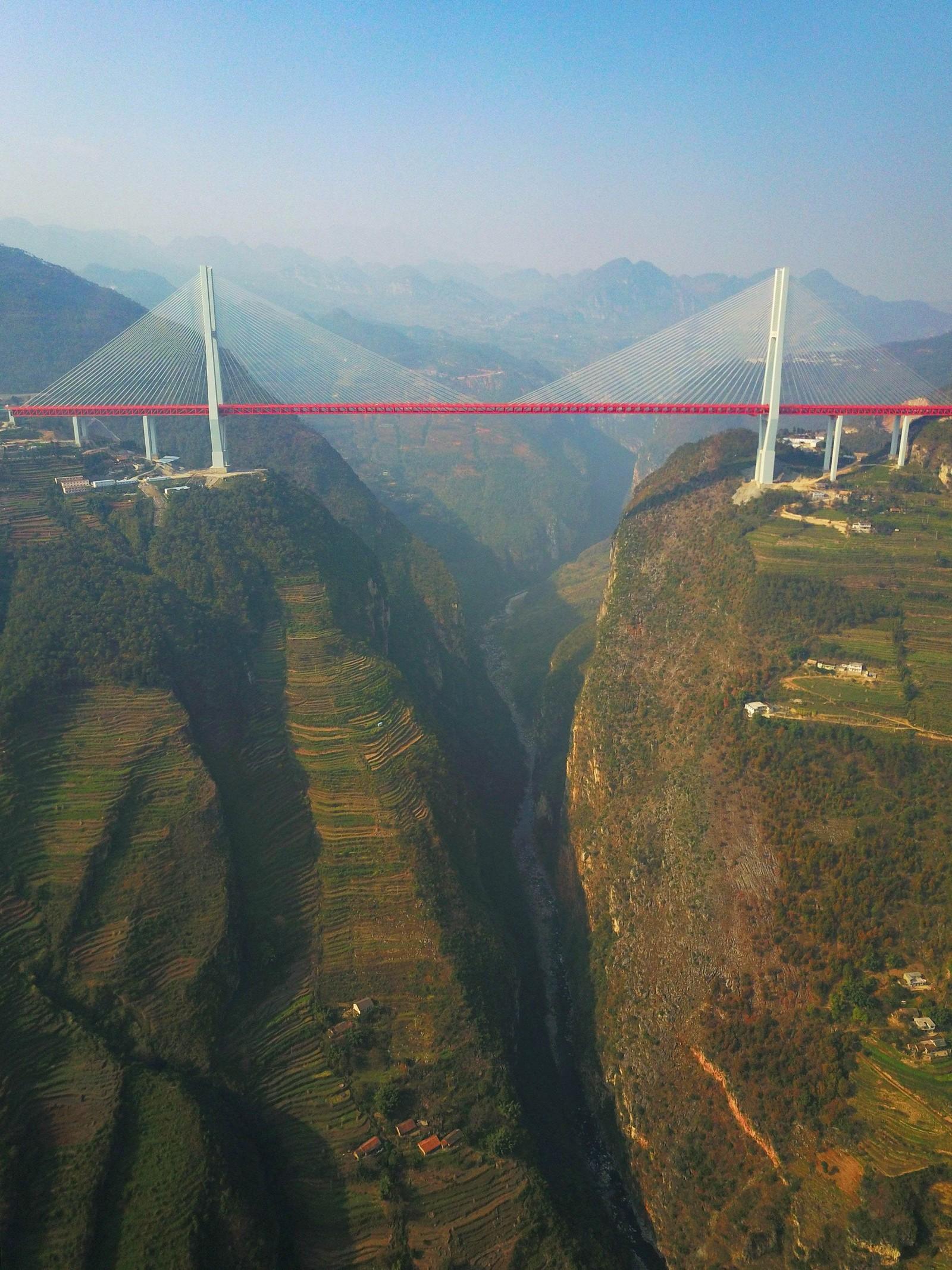 """Beipanjiang-broen ligger 565 meter over elven Beipan. Det er """"den høyeste"""" broen i verden. Den er 720 meter lang og åpnet for trafikk denne uken."""