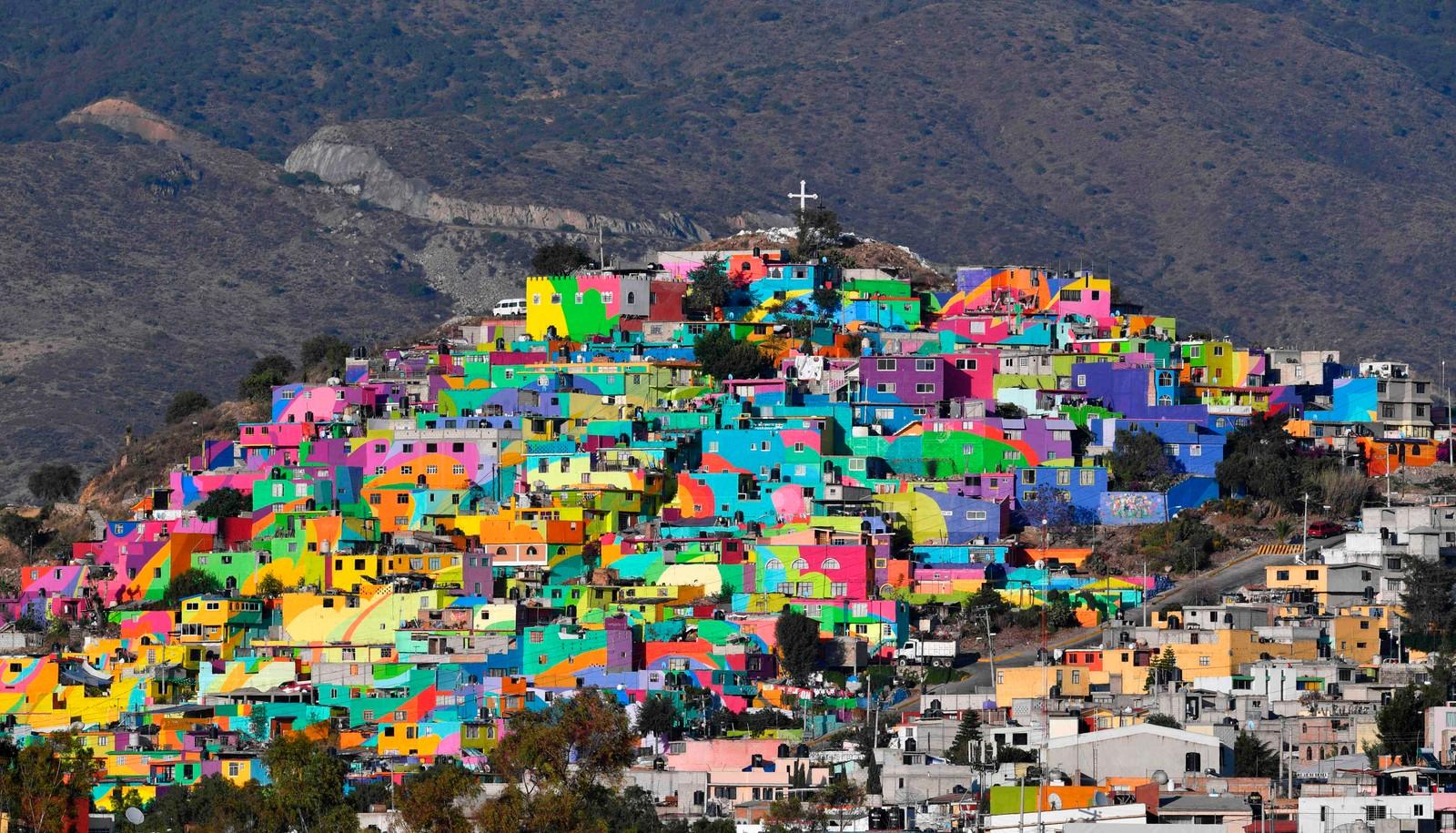 Et helt nabolag i et av de fattigste områdene i den meksikanske byen Pachua er malt i vakre farger.