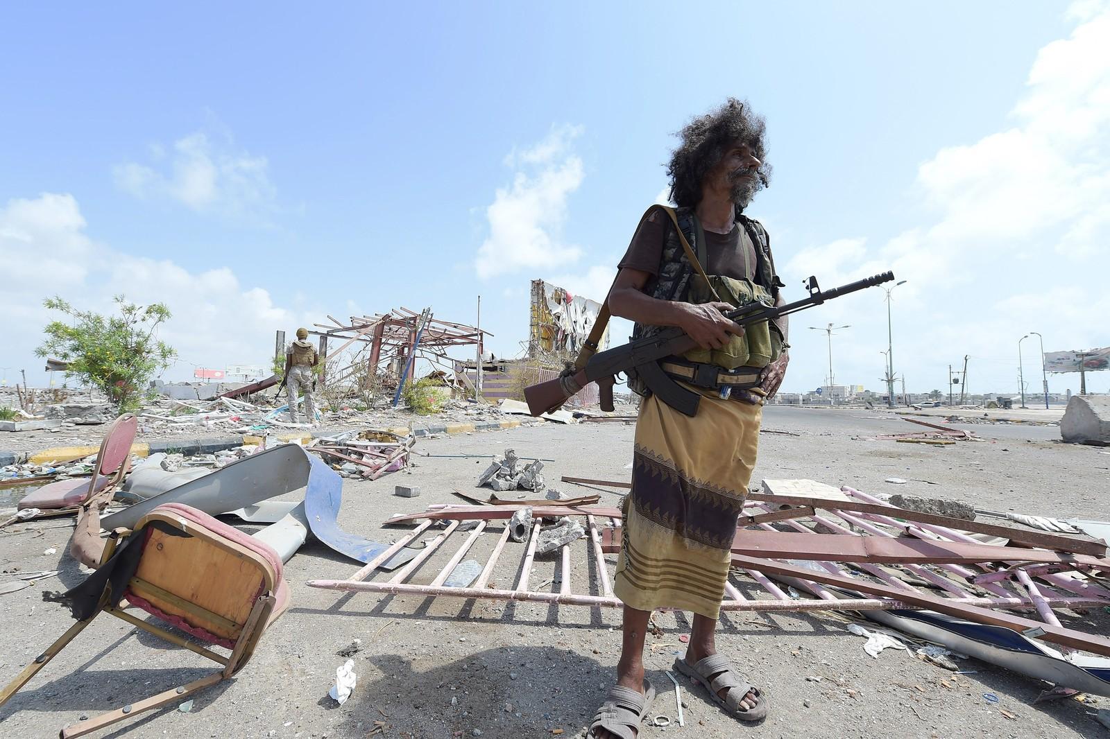 En mann fra Jemen foran en vaktpost i byen Aden. Dødstallet i Jemen-konflikten har økt til nesten 4000 siden Saudi-Arabias luftkrig mot Houthi-opprørerne startet i mars, ifølge FN.