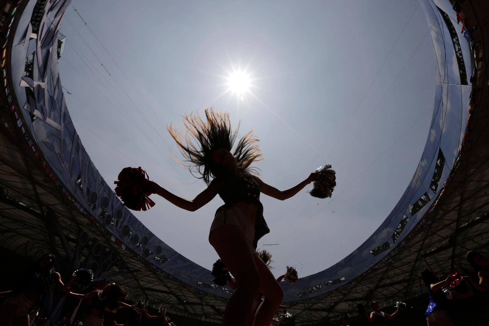 Silhuetter av cheerleadere på Bird's Nest-stadion i Beijing øver seg til VM i friidrett.