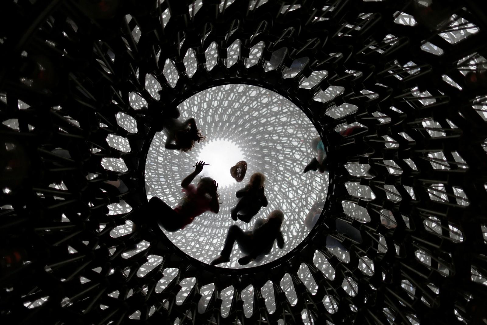 Dette skal forestille en bikube, og er en del av et kunstverk signert Wolfgang Buttress. Her ser vi barn leke i kuben i Kew Gardens, London.