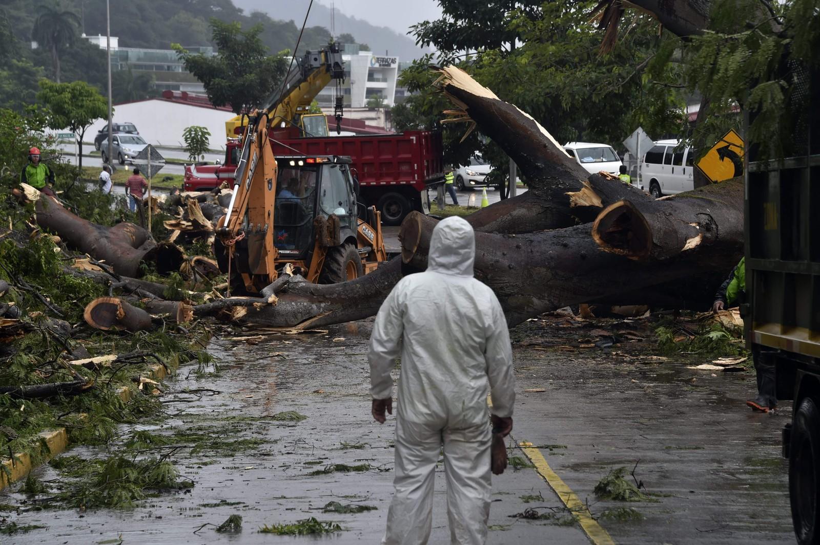 Tre personar har mista livet under uvèret i Panama, og fleire er sakna.