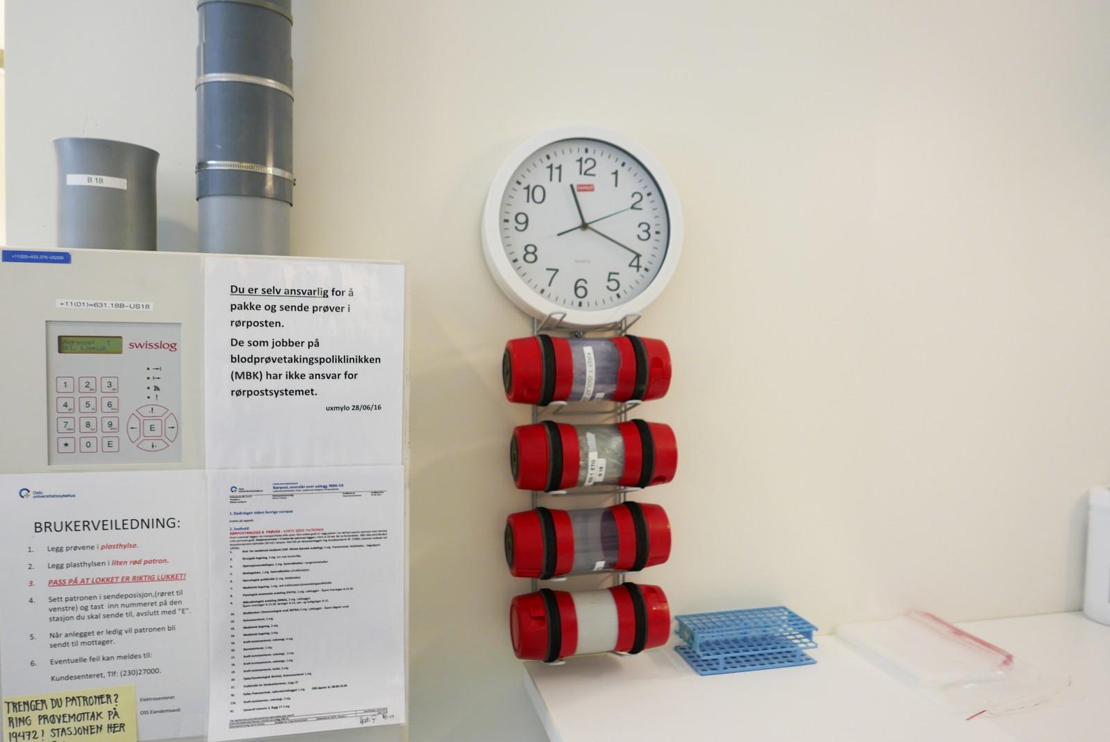 Hvis legen vil ha svar på andre faktorer enn de vanligste sendes mer blod opp med rørpost i blodprøveheisen (det grå røret) til hovedlaboratoriet i 5. etasje.