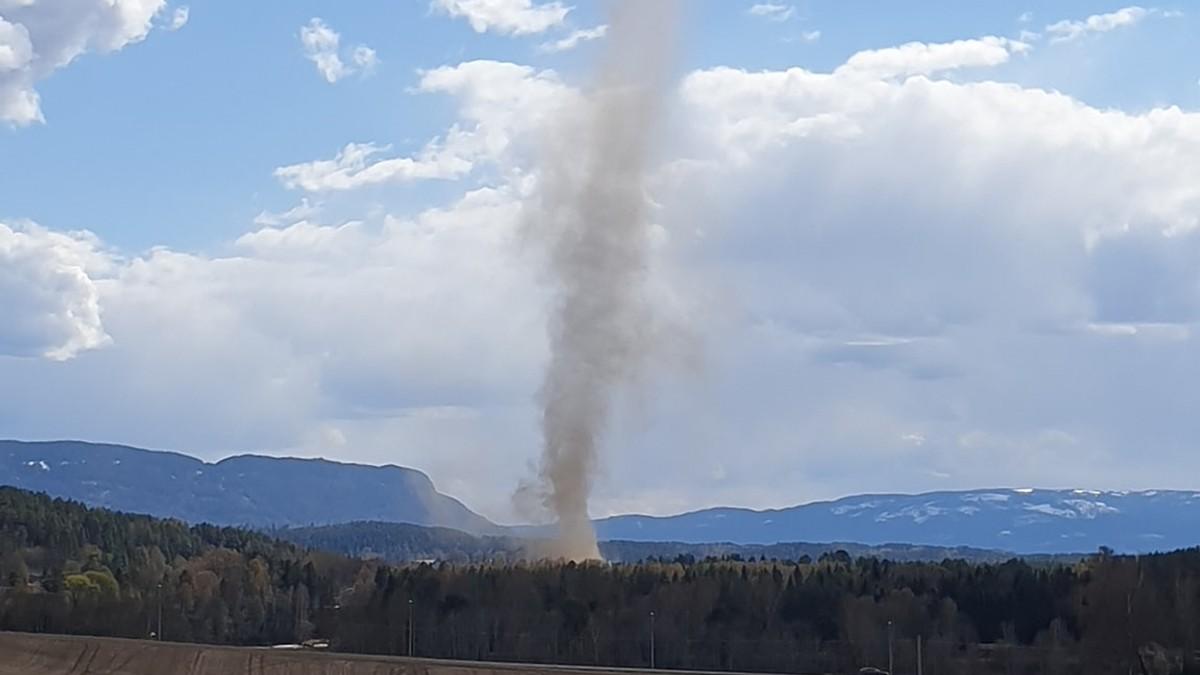 Det var flere som fikk med seg værfenomenet. Anders Modalen delte dette bildet i facebook-gruppa «Værbitt» og skrev: «Naturens måte å feire 1. mai på. Sjelden å se så store skypumper på Ringerike, forsvant like fort som den kom.»