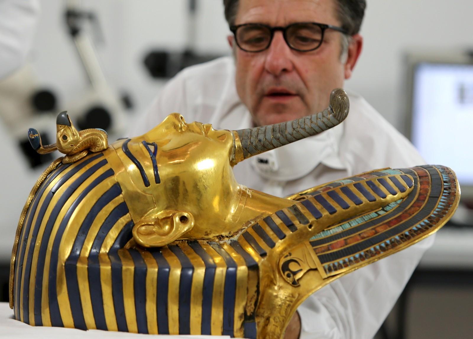 Den tyske konservatoren Christian Eckmann jobber med restaureringen av Tutankhamuns gullmaske ved det egyptiske museet i Kairo.