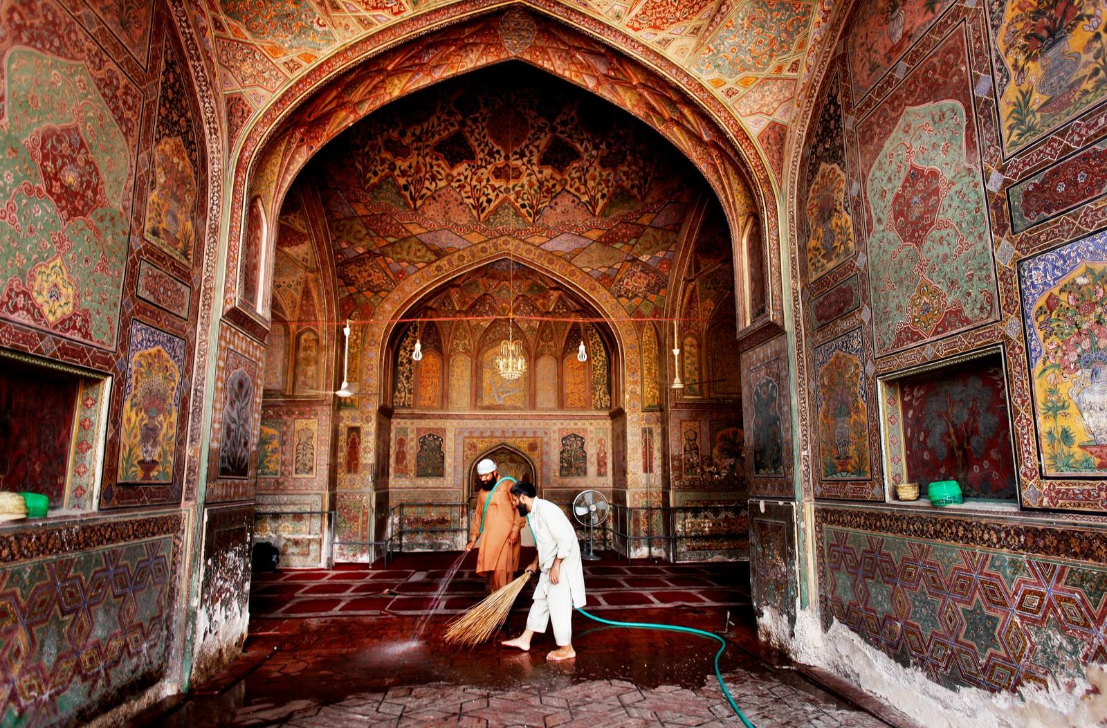 Gulvet i Badshahi-moskeen i Lahore i Pakistan blir vasket før fasten innledes.