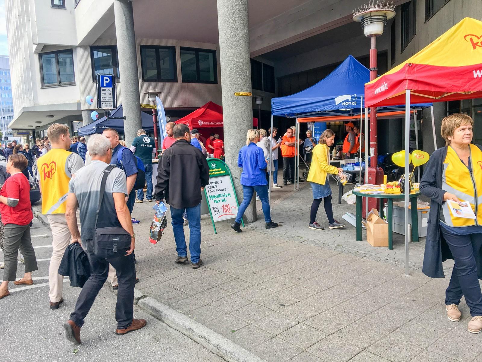 Tidlig lørdag formiddag var det ikke så mange velgere som møtte opp for å få gode råd om hvem de skulle stemme på mandag, men etterhvert ble det nokså fullt ved Korsatunellen i Ålesund