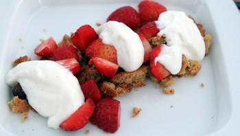 Norske jordbær, kjeks fra grillen og yoghurtskum