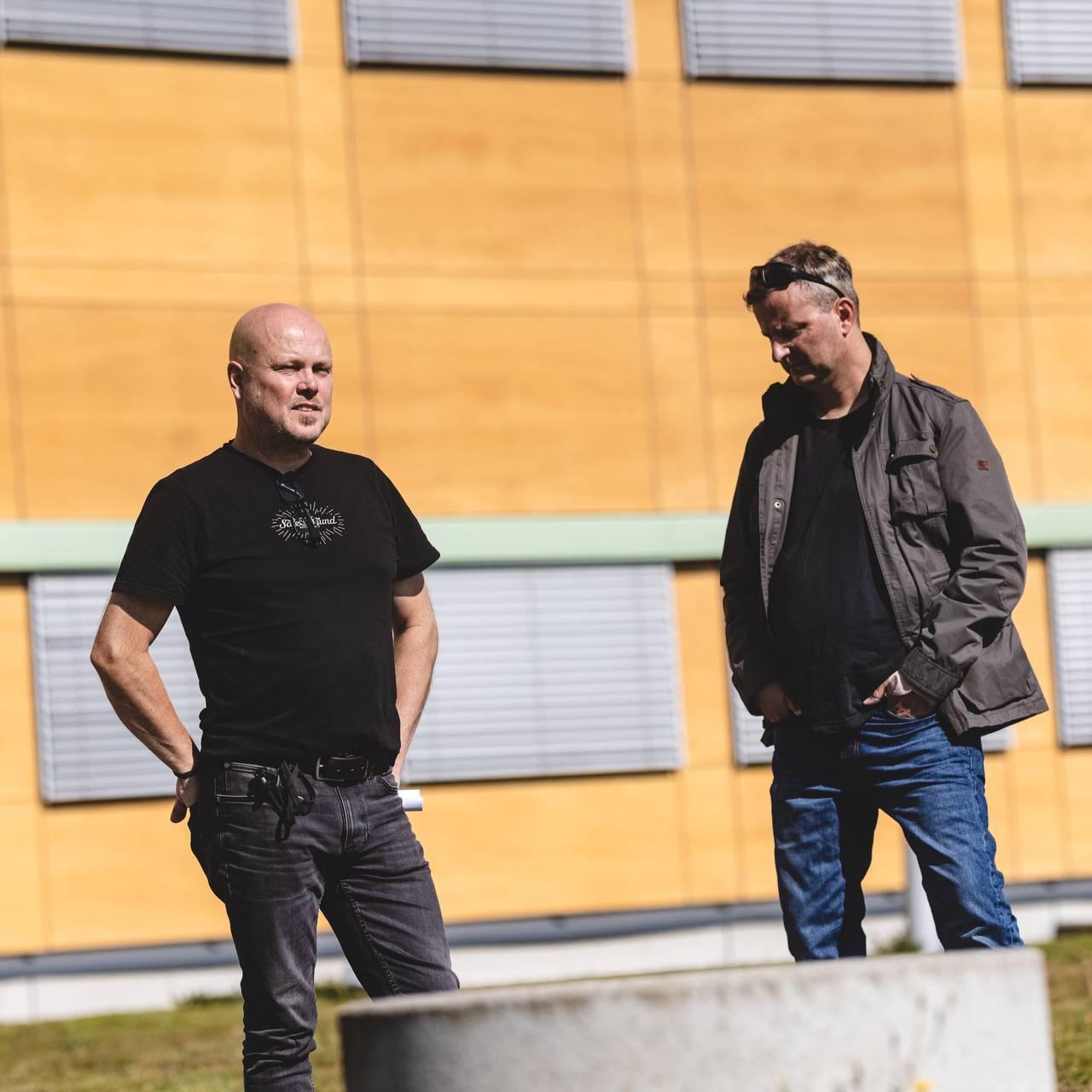 Beredskapsansvarlig i Sør-Odal, Morten Andreassen og beredskapsansvarlig i Kongsvinger står utenfor rådhuset i Sør-Odal.