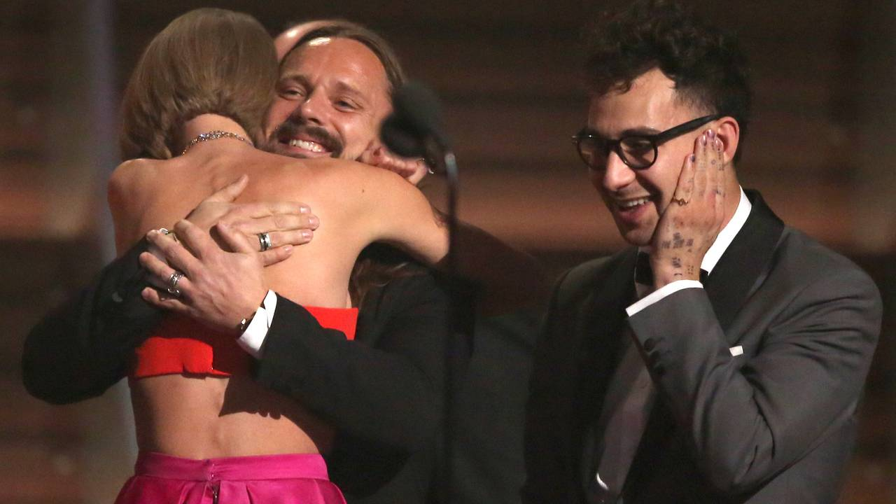Taylor Swift klemmer Max Martin under ei prisutdeling