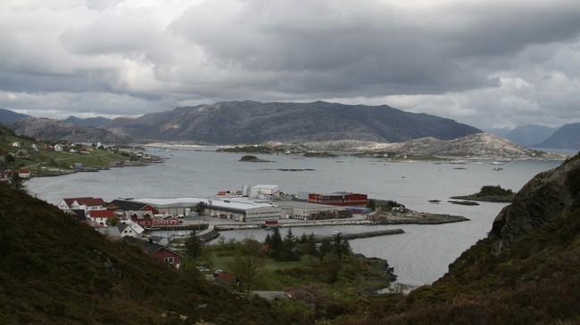 Kalvøya med Bremanger Fiskeindustri slik det ser ut før utbygging. Foto: Kjell Arvid Stølen, NRK.