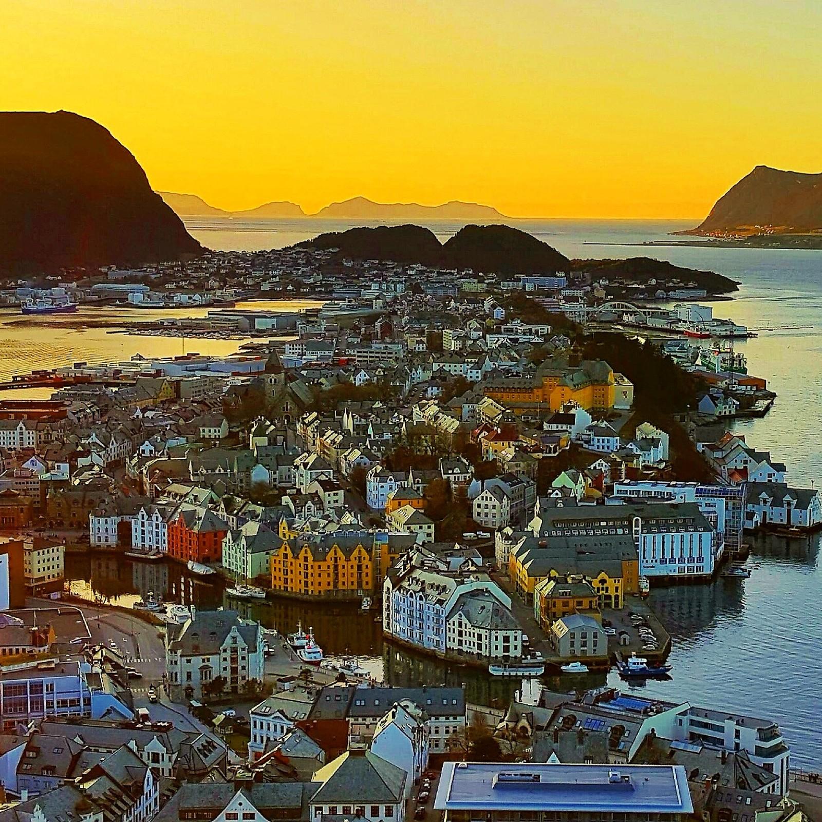 Solnedgang over Ålesund i kveld.